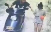 监拍男子骑摩托猥亵单独行走的女孩 女孩很淡定
