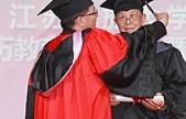 最年长本科生-88岁高龄学霸获得毕业证书