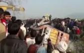 实拍:印度校车货车相撞现场 至少造成22人死亡