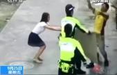 男孩不幸坠楼 警民联手接住