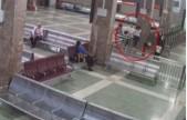 女子带孩子强行闯火车站卡 被制止后辱骂工作人员狂踹门