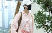 李宇春一身粉装现身机场_背吉他疾行文艺范儿