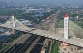 """震撼!河北一4.6万吨大桥上演""""空中芭蕾""""成功转体刷新世界纪录"""