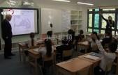 """英國首相約翰遜訪問學校被小學生提問""""咱們怎么'脫歐'啊?"""""""