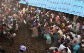 印度上千村民互扔牛粪送祝福 粪便满天飞
