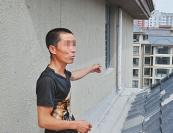 安徽毫州:两男孩楼顶玩耍 警察发现及时制止
