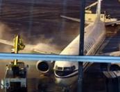 惊险!首都机场航班起飞后起火 65架飞机紧急避让