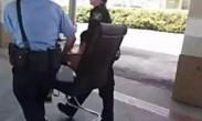 警员用椅子抬一男孩照片火爆网络 被赞最帅背影