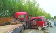 """重庆:7座面包车挤14人 两人""""半挂""""车外"""