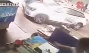 湖北一车主开车横扫过街路人_多人被碾压躺地!
