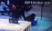 小男孩推门进商场 玻璃门瞬间爆裂一地将其砸伤
