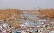 长江非法倾倒2000吨垃圾 4名嫌疑人被拘
