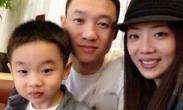杨威携孕妻照全家福 将迎双胞胎儿女双全