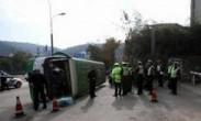 监控:公交180度急转侧翻 过街女子当场被砸死