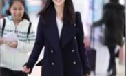 """佟丽娅偶遇""""虹桥一姐"""" 面带微笑暖心签名"""