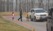 野生动物园游客带孩子白虎区下车