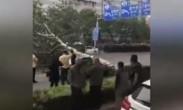 大风吹落广告牌砸飞男子 北京局地将刮11级大风