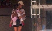 何洁一人带娃不容易 抱着女儿无暇顾及哭闹儿子