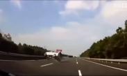 面包车司机高速睡着 狂按喇叭未能救他一命!