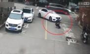 男孩蹲下系鞋带 遭女司机卷入车底