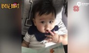 胡杏儿晒儿子六个月萌照 眼神清澈嘟嘴可爱