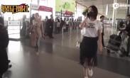 马苏现身机场狂聊手机忙不停 黑罩遮面有意躲避镜头