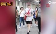李宇春倒戴小红帽 T恤短裤衣着超休闲