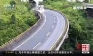 高速路上货车侧翻 滑行百米