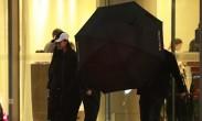 范冰冰逃税风波后露面 穿一身黑获保镖撑伞护驾
