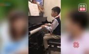 杨云晒杨阳洋弹钢琴视频 有模有样琴声悠扬