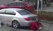 惊险!_女子站公路边玩手机_被掉头小车卷车底