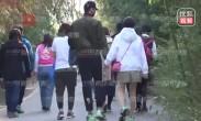于小彤陈小纭恋情实锤 甜蜜牵手与家人逛公园