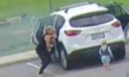 女子从冒烟车中拽出两娃 两秒后汽车爆炸