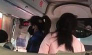 母女霸占乘务员座位致客车延误-我就是没素质
