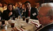 90后男子456万美元拍天价巴菲特午餐 讽刺还是挑战?