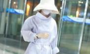 赵丽颖产后现身包裹严实_见镜头捂脸娇羞