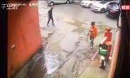 男子驾车出不去怒掰小区停车杆 当事人回应没见收费手续