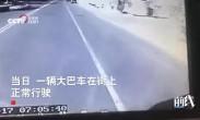 哈萨克斯坦小孩横穿马路 父亲本能拉回却被撞身亡