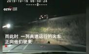 千钧一发!美国警察将昏迷男子拖下车下一秒车子就被火车撞飞