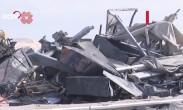 美国大兵清理被炸空军基地 设施残骸堆积如山
