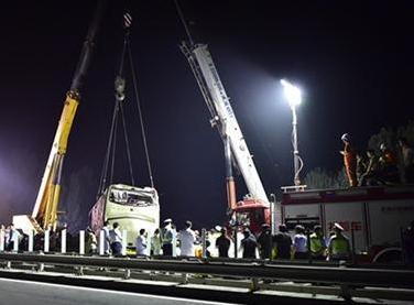 津蓟高速客车爆胎坠河 26人遇难
