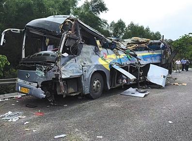 广西南宁一大客车高速侧翻致10死32伤 医院启动紧急预案全力抢救伤员