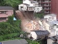 日本:暴雨后房屋瞬间垮掉 整个翻滚下山坡摔碎