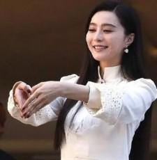 范冰冰白色连衣裙亮相戛纳_素雅温婉比心卖萌