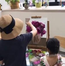 孙俪作画小花妹妹陪伴 邓超关注点却在女儿裙子上