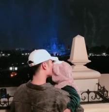 老父亲的背影!陈赫为女儿庆生迪士尼看烟花秀献吻