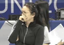 鞏俐現身中國女排訓練場_托腮沉思做筆記教練范足