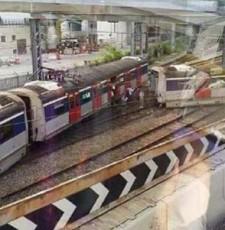 港铁发生列车脱轨事故 车厢断为两截