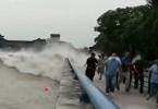 钱塘江潮水涌上路面冲跑多辆汽车