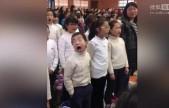 """小学生合唱卖力到翻白眼表情""""戏精""""碾压众人"""